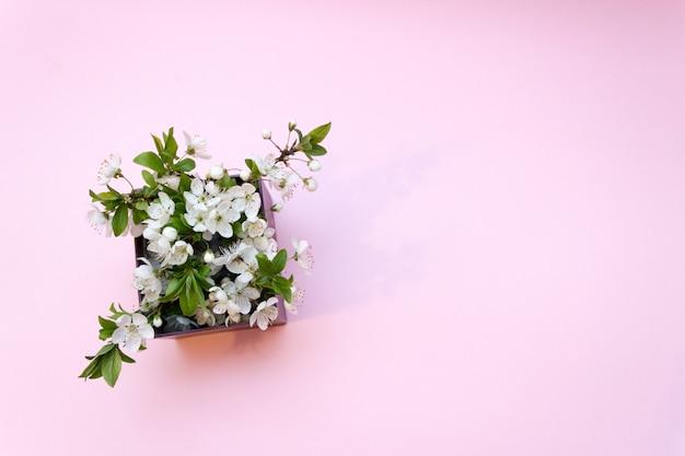 Geschenkbox mit blumen, kirschblüte, frühling