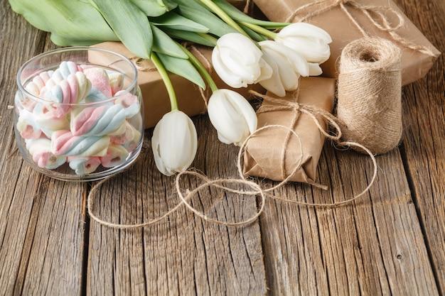 Geschenkbox mit blumen und süßigkeiten