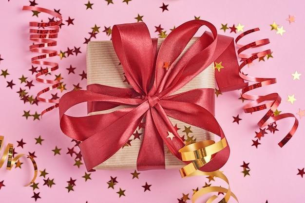 Geschenkbox mit bogen und konfettis, abschluss oben