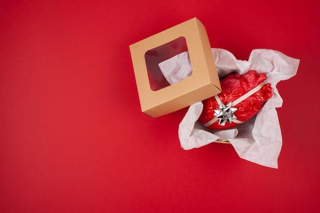 Geschenkbox mit dem realistischen herzen als geschenk