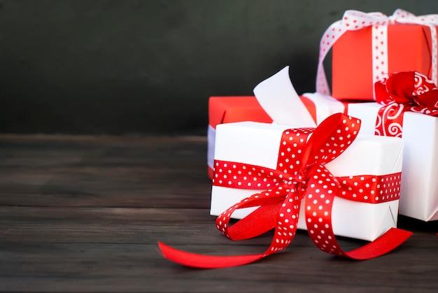 Geschenkbox mit einem roten band, tannenzweigen, süßigkeiten gebunden