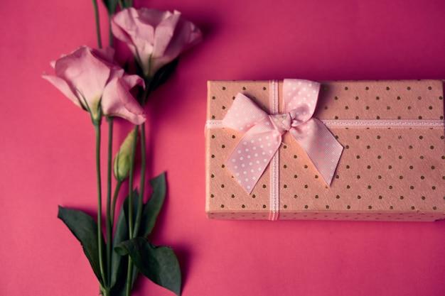 Geschenkbox mit frühlingsblumen