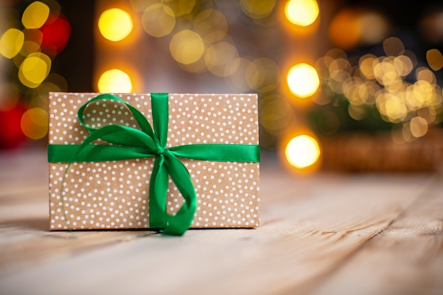 Geschenkbox mit funkelnden partylichtern