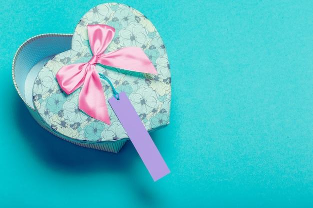 Geschenkbox mit geschenkanhänger. valentinstag