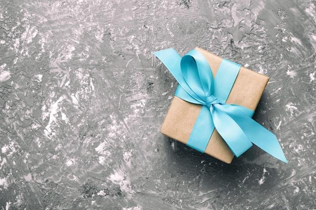 Geschenkbox mit grauem zement, draufsicht