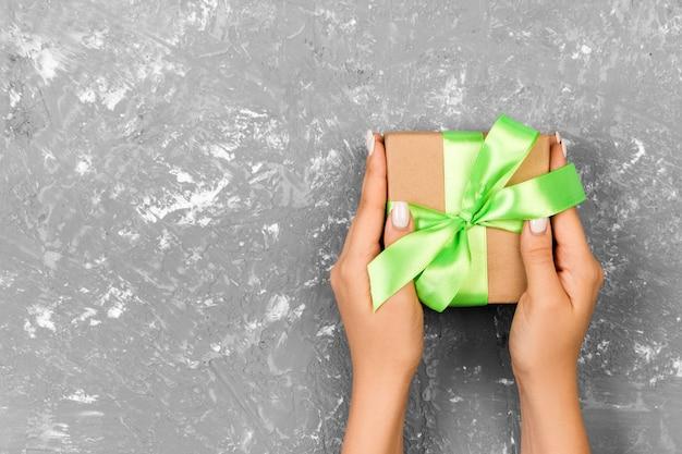 Geschenkbox mit grüner schleife