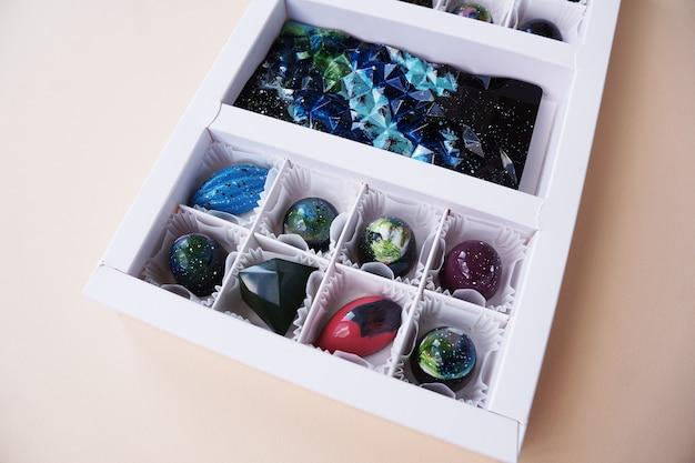 Geschenkbox mit handgemachten pralinen im geometrischen und raumdesign