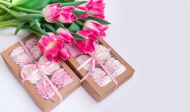 Geschenkbox mit hausgemachten marshmallows auf weißem grund