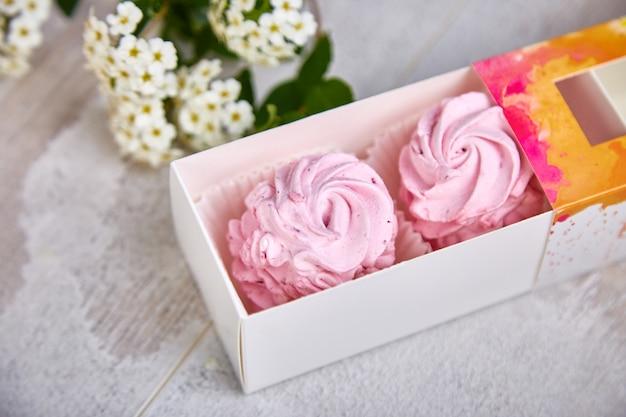 Geschenkbox mit hausgemachten rosa farbe marshmallows.