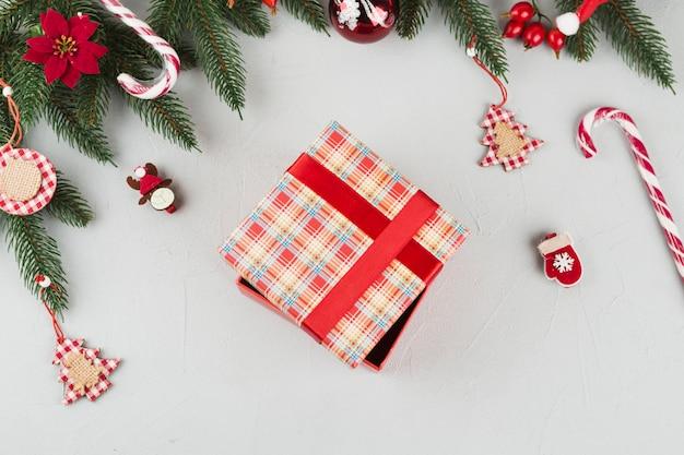 Geschenkbox mit kleinen spielzeugen auf dem tisch