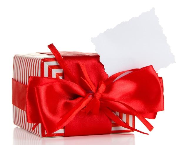 Geschenkbox mit leerem etikett isoliert auf weiß