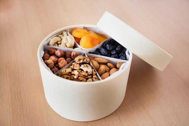 Geschenkbox mit nützlichen nüssen und trockenfrüchten