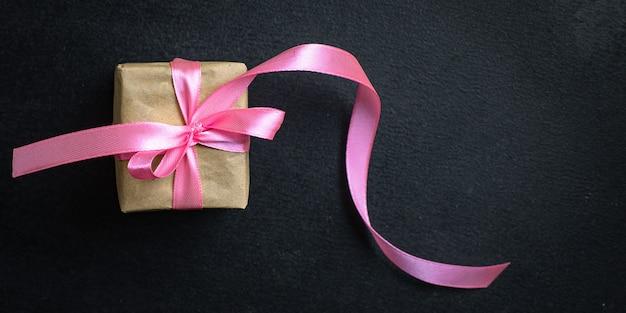 Geschenkbox mit rosa band, draufsicht