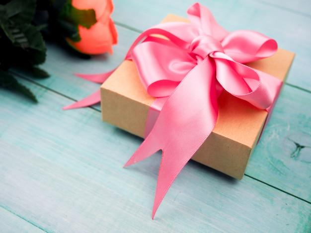 Geschenkbox mit rosa bogen, hell, feier, raum
