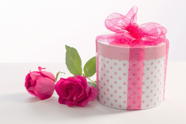 Geschenkbox mit rosa rosen auf weiß