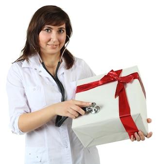 Geschenkbox mit rotem band und frau - feiertags-humor-konzept isoliert