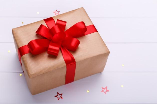 Geschenkbox mit rotem band