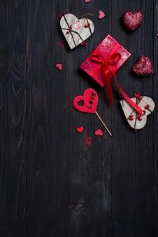 Geschenkbox mit rotem bogenband und hölzernem herzen