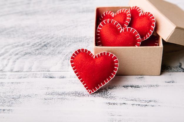 Geschenkbox mit roten filzherzen zum valentinstag