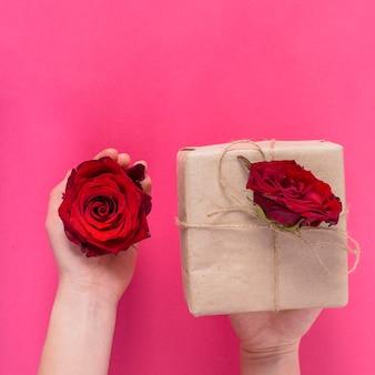 Geschenkbox mit roten rosen