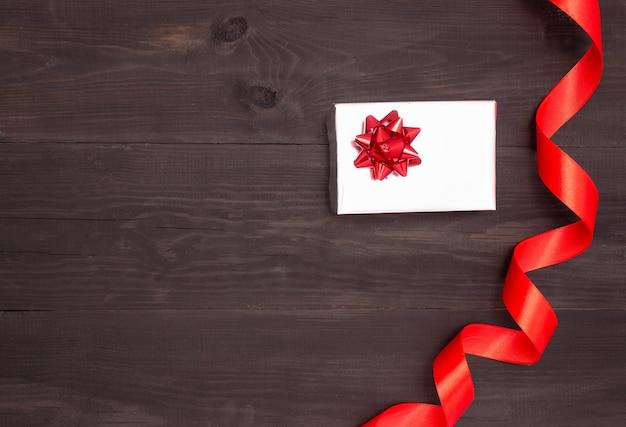 Geschenkbox mit satinband auf dem tisch