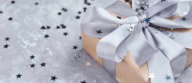 Geschenkbox mit schleife und konfetti, banner