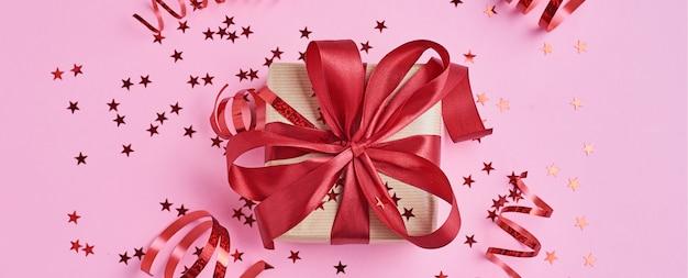 Geschenkbox mit schleife und konfetti
