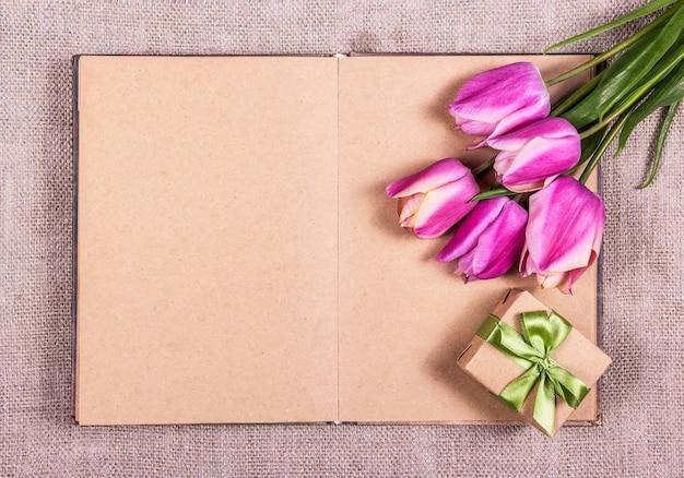 Geschenkbox mit schleife und rosa tulpen