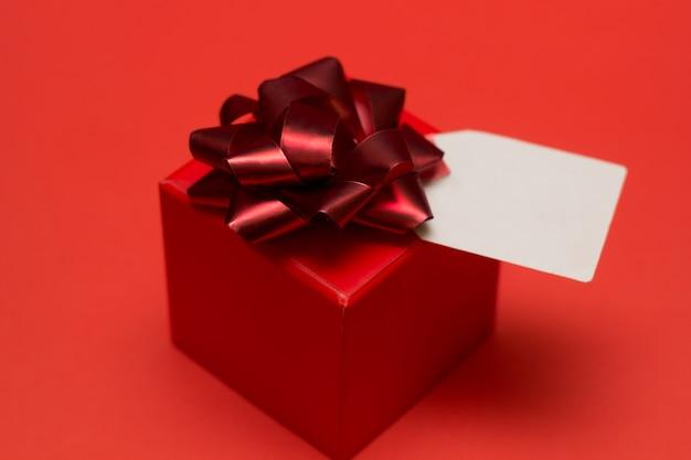 Geschenkbox mit schleife und weißem etikett