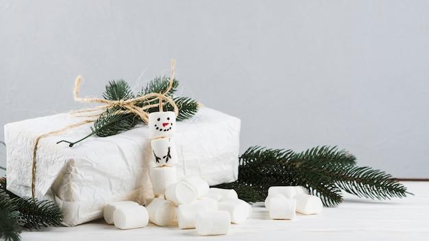 Geschenkbox mit schneemann aus marshmallows