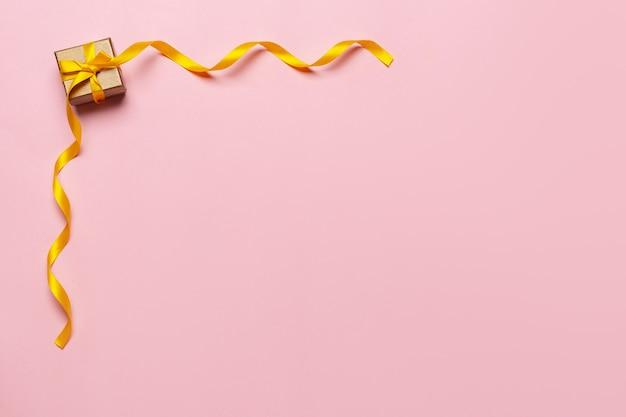 Geschenkbox mit schönem gelbem band