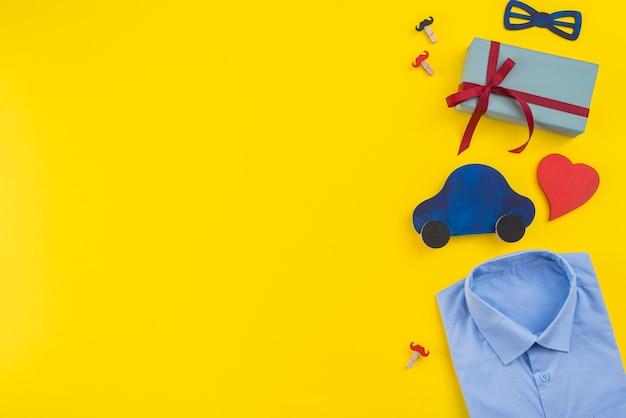Geschenkbox mit spielzeugauto und mannhemd