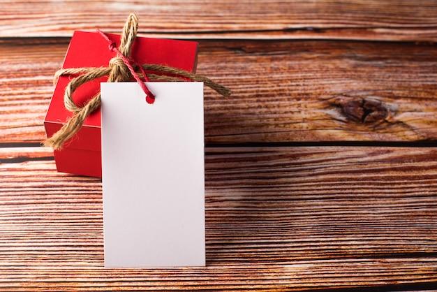 Geschenkbox mit unbelegter weißer karte