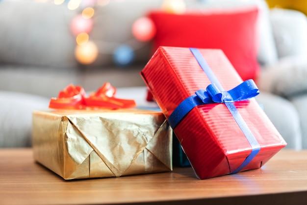 Geschenkbox mit weihnachtsdekoration