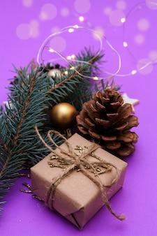 Geschenkbox mit weihnachtsschmuck