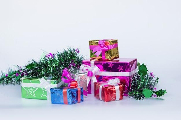 Geschenkbox mit weißem hintergrund, geschenkboxisolat, frohe weihnachten