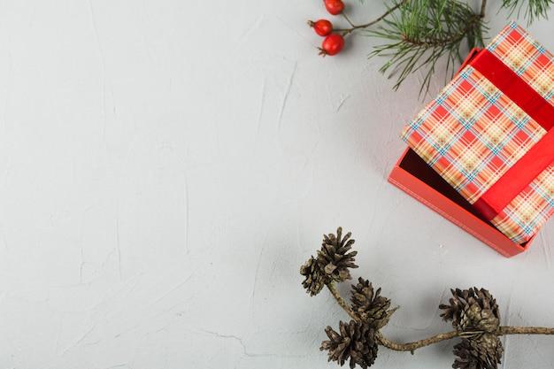 Geschenkbox mit zapfen auf dem tisch