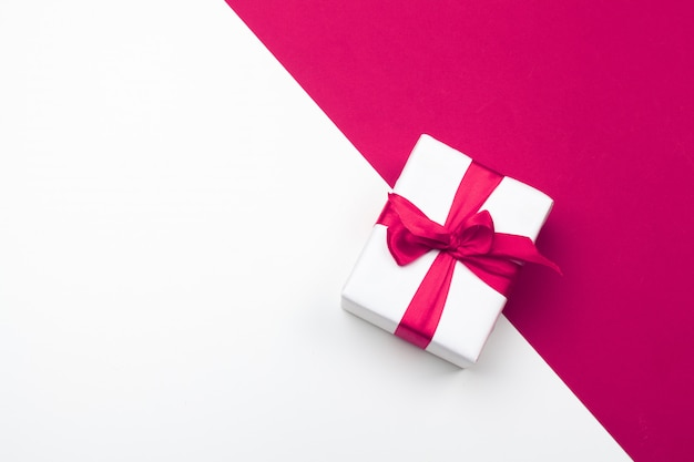 Geschenkbox, rote papierherzen. valentinstag liebe. textfreiraum, flach zu legen