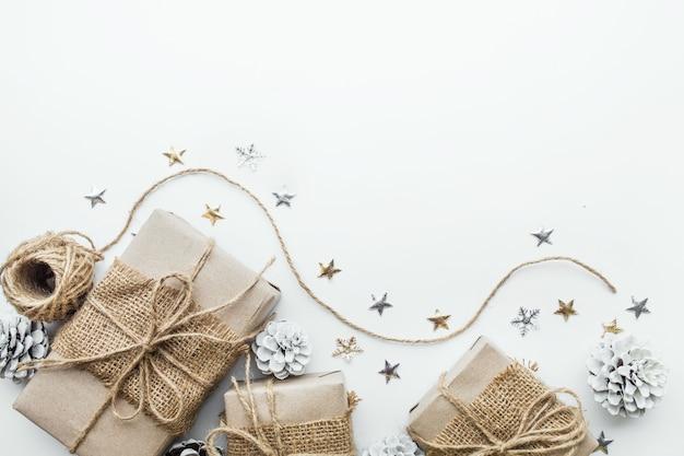Geschenkbox-sammlung eingewickelt in kraftpapier mit weißem hintergrund
