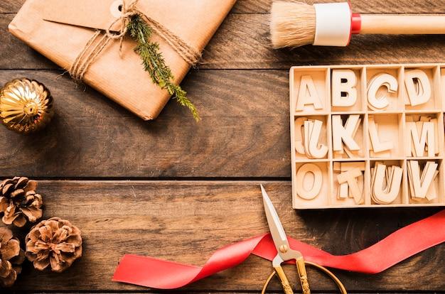 Geschenkbox, schere, haken und briefe
