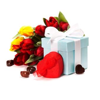 Geschenkbox, schokolade und frische blumen