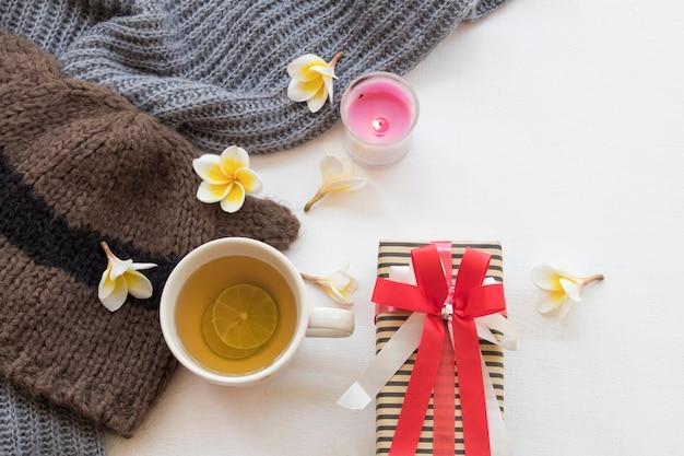 Geschenkbox speziell für weihnachten und neujahr mit wollschal