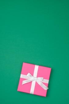 Geschenkbox über farbigem hintergrund mit kopierraum