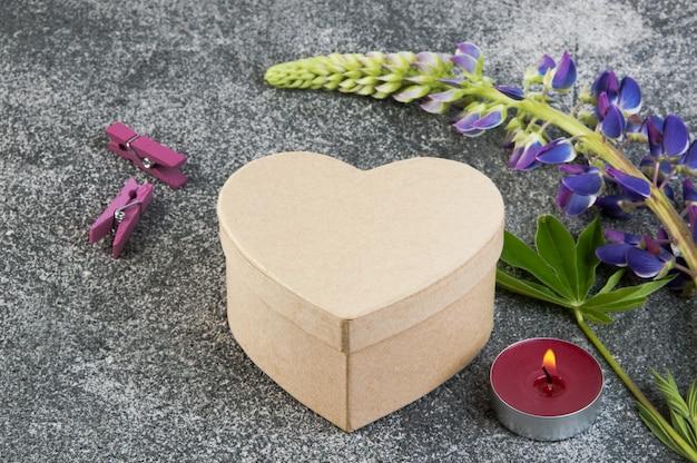 Geschenkbox und aromakerze auf grau