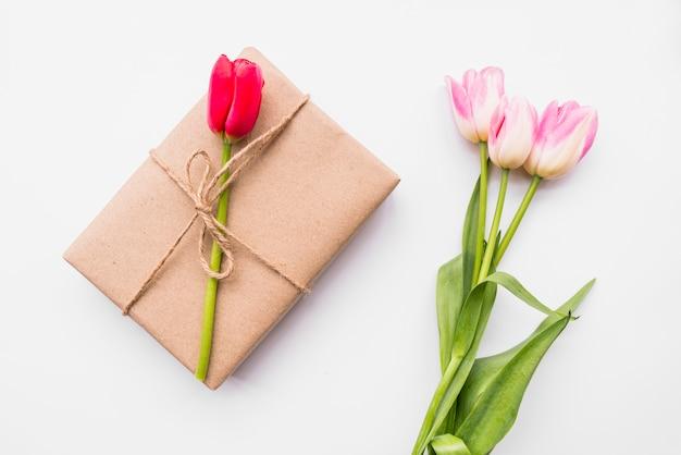 Geschenkbox und blumenstrauß