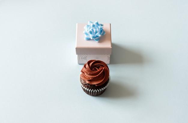 Geschenkbox und cupcake