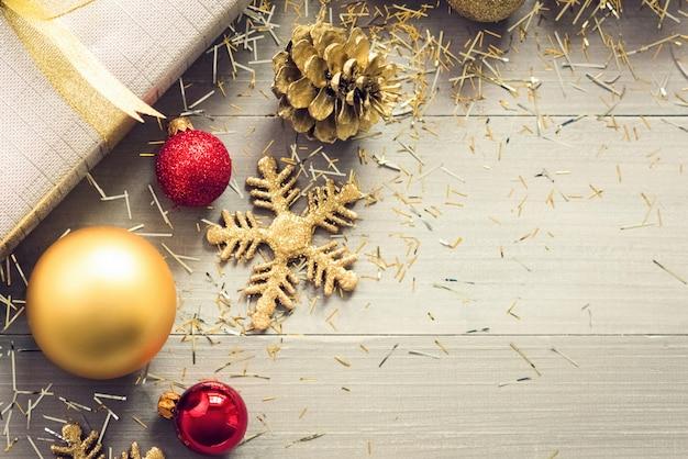Geschenkbox und funkelndes weihnachten, die einzelteile auf hölzernem hintergrund verzieren