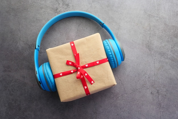 Geschenkbox und herztelefon auf schwarzem hintergrund,