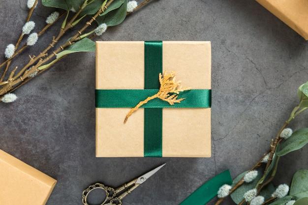 Geschenkbox und pflanzenarrangement