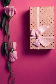 Geschenkbox und rosenstrauß